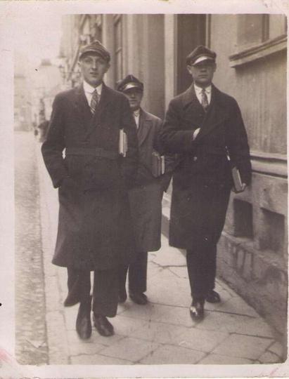 W Ostrzeszowie na ulicy Kaliskiej w drodze do biblioteki, dnia 6 kwietnia 1932 r..., stare zdjęcia -