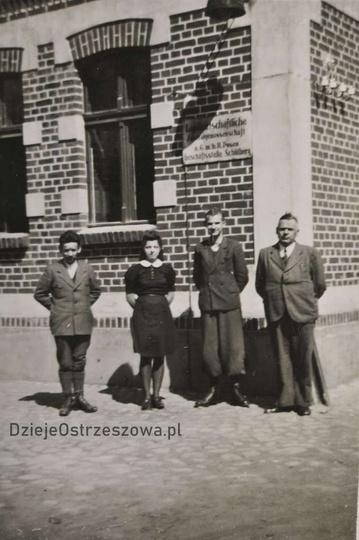 Lata czterdzieste, okres okupacji niemieckiej. Na ścianie wisi tablica z napisem..., stare zdjęcia -