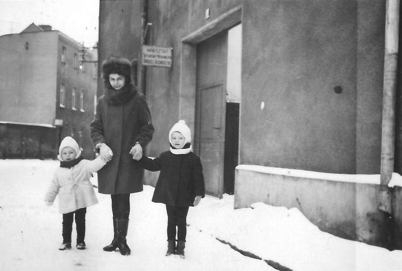 Koniec lat sześćdziesiątych, ulica Strumykowa. W podwórzu kamienicy pod numerem ..., stare zdjęcia -