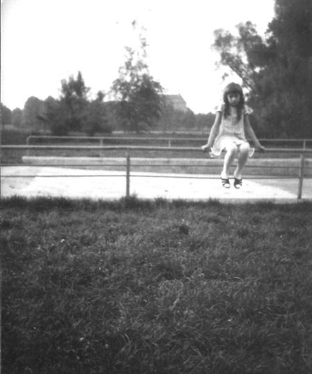 """Słynny """"basen"""" na ogródkach dziecięcych przy świetlicy Towarzystwa Przyjaciół Dz..., stare zdjęcia -"""