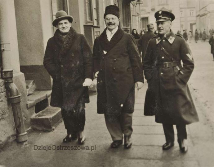 Rok ok. 1935, południową stroną rynku, w stronę kościoła farnego idą, od lewej:..., stare zdjęcia -
