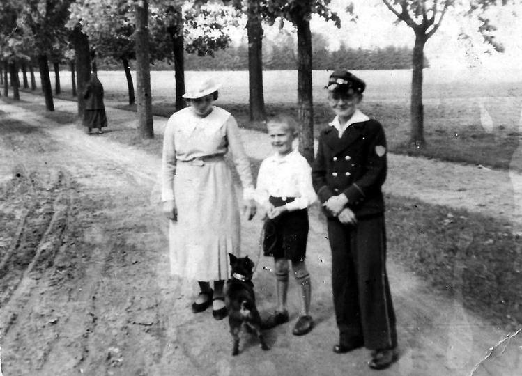 Rok 1935, na alejce naprzeciwko klasztoru stoi pani Jadwiga Gorgolewska z Edward..., stare zdjęcia -