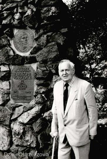 Ignacy Moś (1917-2001) przy pomniku Tadeusza Kościuszki na ogródkach dziecięcych..., stare zdjęcia -