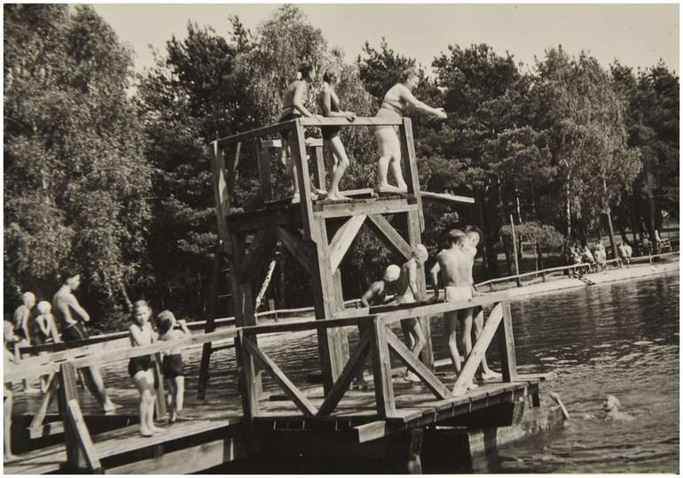 Basen w Ostrzeszowie, lata pięćdziesiąte. Drewniana trampolina w całej okazałośc..., stare zdjęcia -