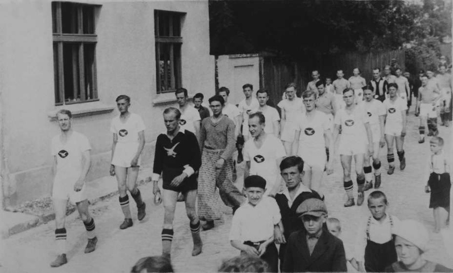 Lata międzywojenne, przemarsz piłkarzy ulicą A.W. Wodniakowskiego czyli dzisiejs..., stare zdjęcia -