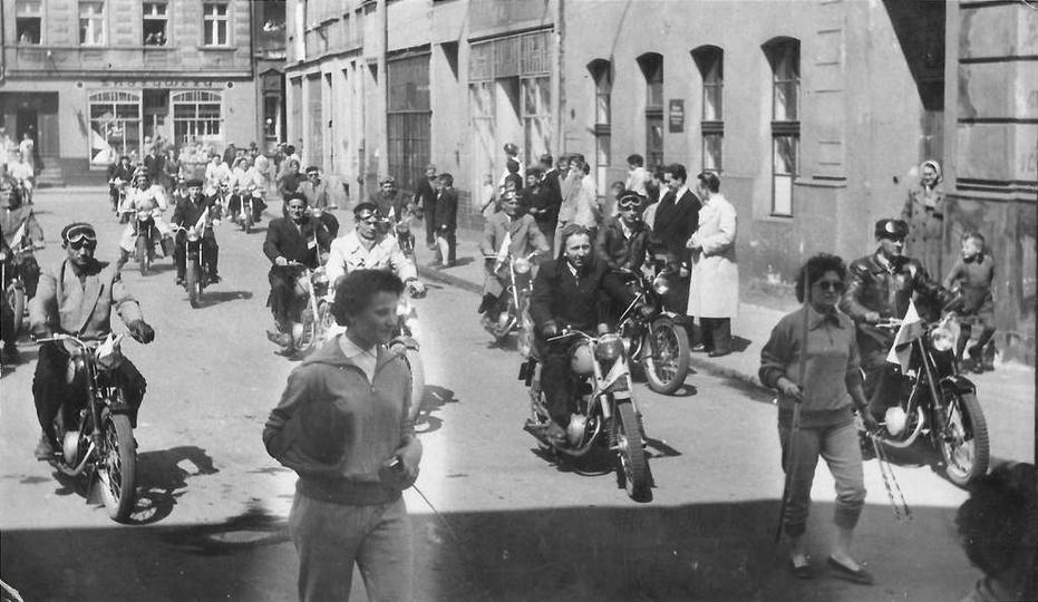 Lata pięćdziesiąte, parada motocyklistów podczas pierwszomajowego święta. Jedna ..., stare zdjęcia -