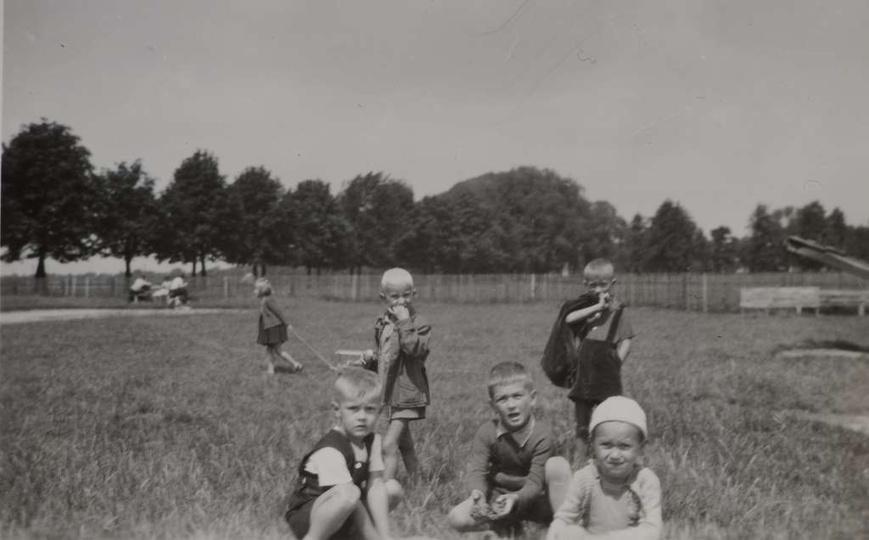 Połowa lat pięćdziesiątych, plac zabaw przy ulicy Boh. Stalingradu (obecnie Zamk..., stare zdjęcia -