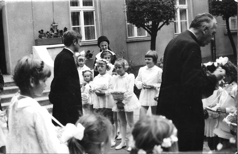 Święto Bożego Ciała, koniec lat sześćdziesiątych. Zbiórka dziewczynek sypiących ..., stare zdjęcia -