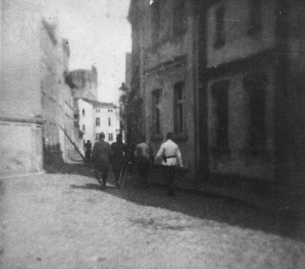 Zdjęcie pochodzi z czasów wojny, pokazuje ulicę Strumykową i maszerujących nią m... -