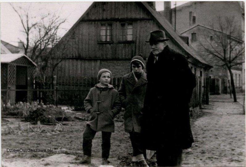 Lata pięćdziesiąte, na ulicy Powstańców Wielkopolskich stoi Jan Hendrykowski z w..., stare zdjęcia -
