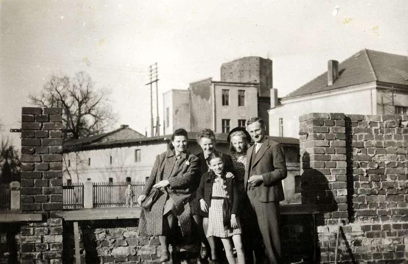 Zdjęcie z lat trzydziestych, zrobione z terenu ogrodu, będącego częścią  posiadł... -