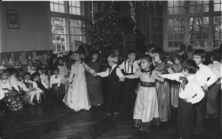 Rok 1973, zabawa świąteczna w przedszkolu nr 1 przy ulicy Kościuszki (obecnie Śr..., stare zdjęcia -