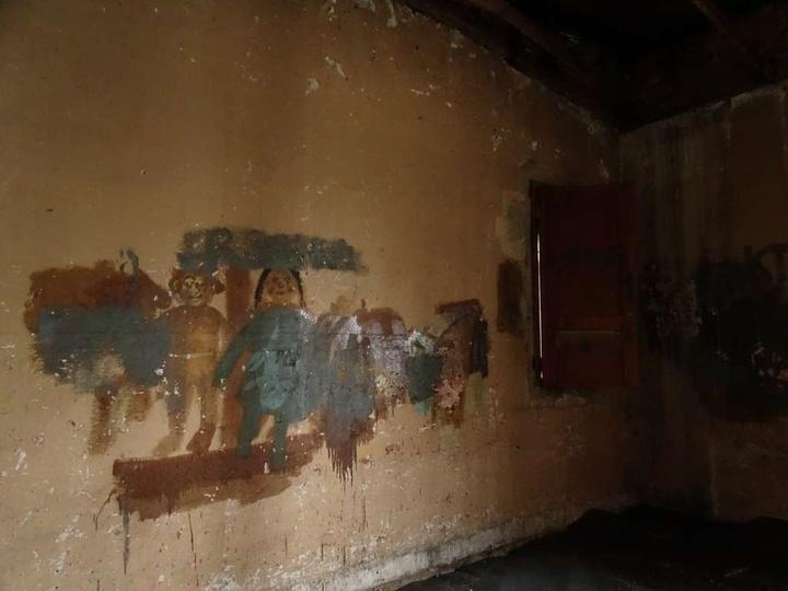 """dawne kino """" Lotnik"""" obecnie- wnętrze- górny poziom - swoiste malowidła ;), stare zdjęcia -"""