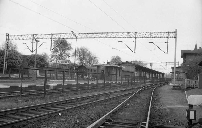 Rok 1983. Dworzec kolejowy w Ostrzeszowie. Fot. Czesław Bojszczak., stare zdjęcia -