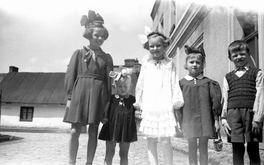 Rok 1961, ul Łaziebna. Pierwszokomunijna dziewczynka to Danusia Chełminiak, tożs..., stare zdjęcia -