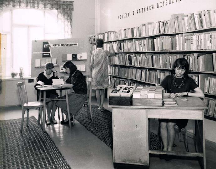 Powiatowa i Miejska Biblioteka w Ostrzeszowie w latach 1965-69 zajmowała pomiesz..., stare zdjęcia -