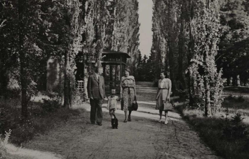 Lata pięćdziesiąte, park miejski, widoczna nieistniejąca już altanka (po prawej ..., stare zdjęcia -