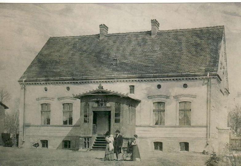 Przed domem dr Hulewicz z żoną Wandą, nianią i najstarszą córką Anną, wiosna 190..., stare zdjęcia -