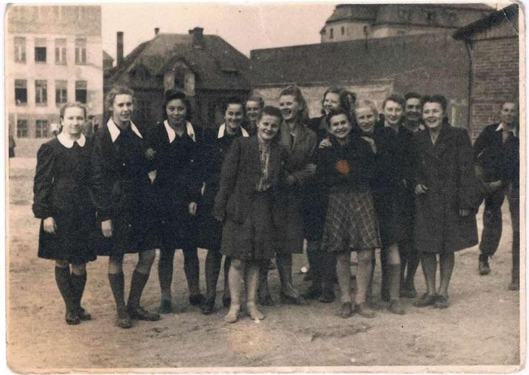 Zdjęcie około roku 1948 na boisku Gimnazjum (obecnie 1. L.O.). Rozpoznane osoby ... -