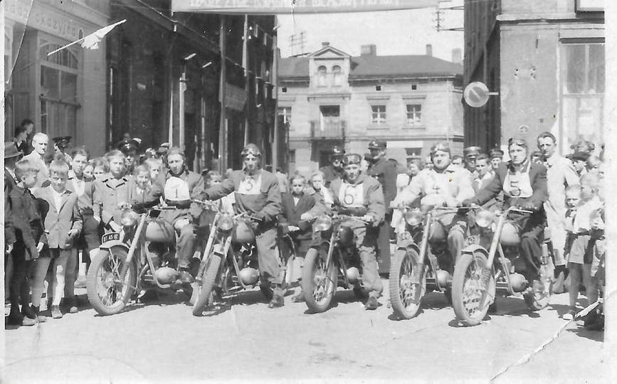 Ostrzeszowski rynek, lata pięćdziesiąte. Parada, pokaz lub wyścig motocykli, pra..., stare zdjęcia -