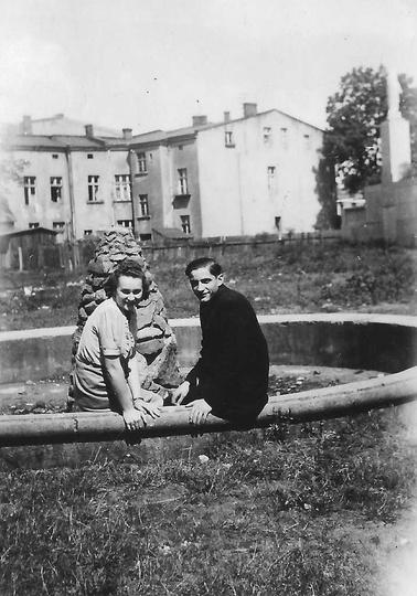 Kamienna fontanna na Ogródkach Dziecięcych im. ks. Arcybiskupa Walentego Dymka. ..., stare zdjęcia -
