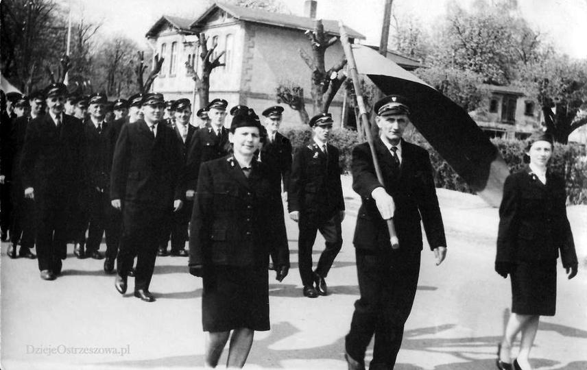 Rok 1960, ulicą Kościuszki, w pochodzie pierwszomajowym maszerują ostrzeszowscy ..., stare zdjęcia -