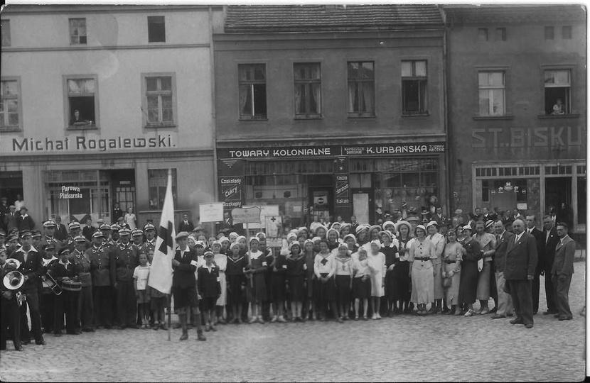 Czerwiec 1937 rok, członkowie Polskiego Czerwonego Krzyża na ostrzeszowskim rynk..., stare zdjęcia -