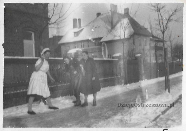 Luty 1953 rok, Al. Wolności. Młode dziewczyny, pracownice szpitala bawią się w ś..., stare zdjęcia -