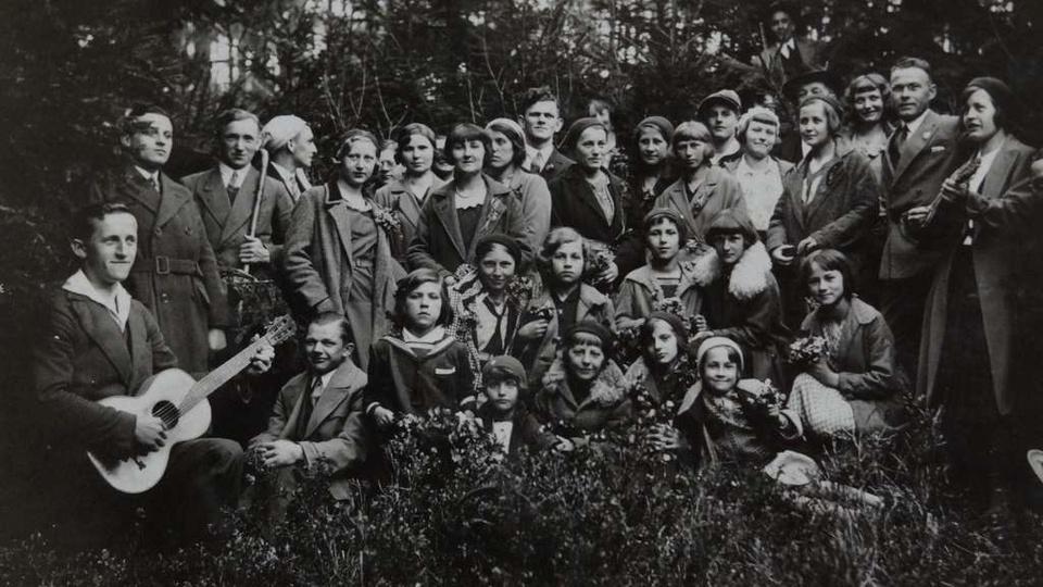 """Ostrzeszów 14.05.1933 r.. Wycieczka członków Chóru Męskiego """"Dzwon"""" z rodzinami ..., stare zdjęcia -"""