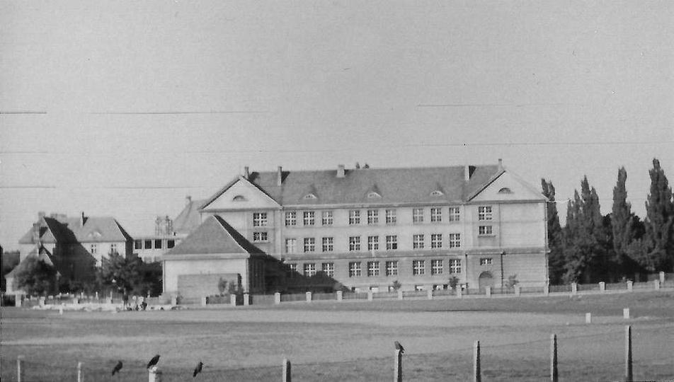 Szkoła Podstawowa nr 2. lata sześćdziesiąte.Za szkołą z lewej strony widoczny, w..., stare zdjęcia -