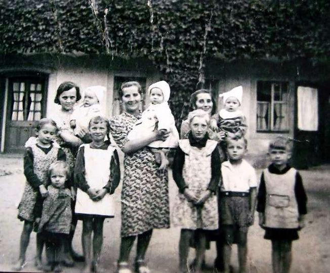 Los samotnych kobiet z dziećmi podczas okupacji był nie do pozazdroszczenia. Cał..., stare zdjęcia -