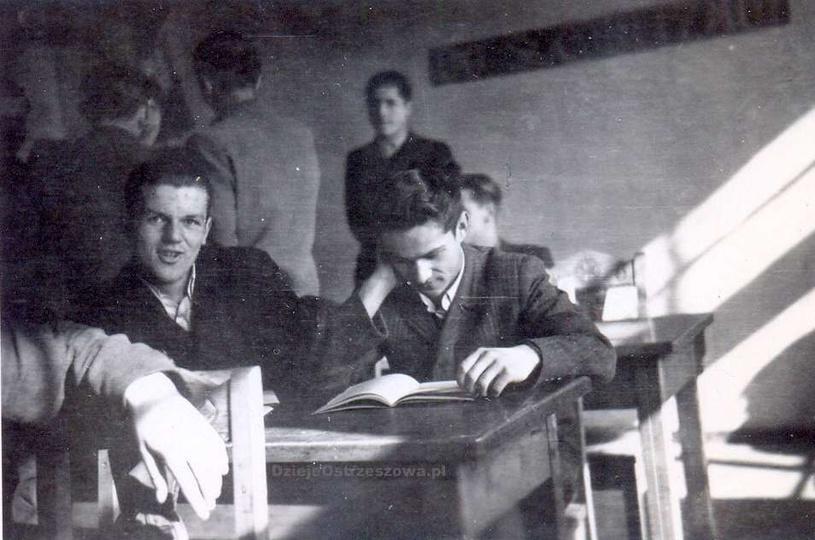 Początek lat pięćdziesiątych. W ławce po prawej siedzi i wkuwa na blachę Henryk ..., stare zdjęcia -