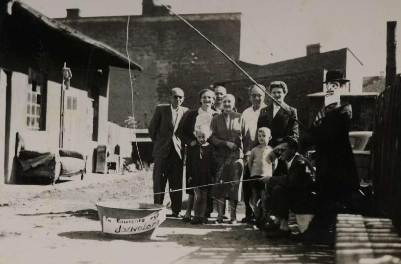 Koniec lat pięćdziesiątych, podwórko w domu na Borku pod numerem 2. W tej kamien..., stare zdjęcia -