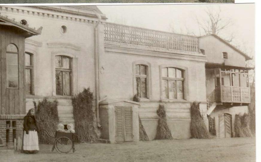 Przed domem Edwarda Hulewicza w wózki jego córki Anna i Irena, 1904 r., stare zdjęcia -