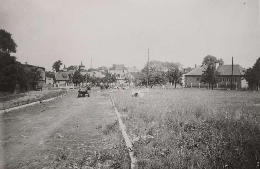 Początek lat sześćdziesiątych, furmanka jedzie środkiem ulicy Łąkowej, po prawej..., stare zdjęcia -