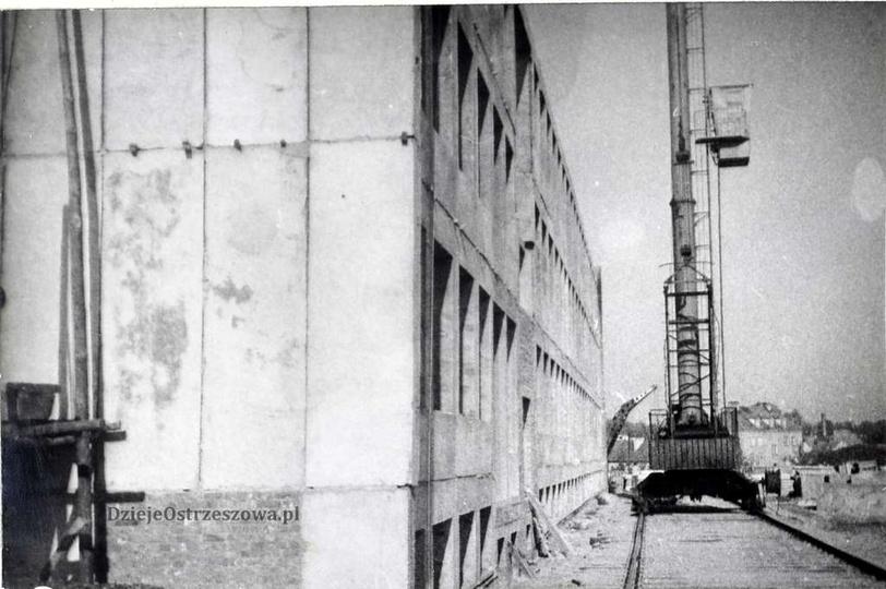 Szkoła Podstawowa nr 1. Wrzesień 1963 rok, montaż elementów betonowych konstruk..., stare zdjęcia -