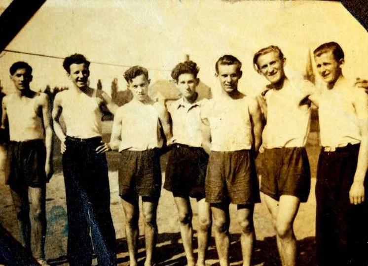 Rok 1950 na boisku szkolnym przy ulicy Piastowskiej. Dziedziniec szkolny przy P..., stare zdjęcia -