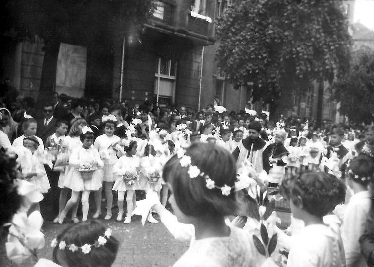 Boże Ciało, rok 1968. Procesja idzie ulicą Boh. Stalingradu (Zamkową). Ze zbior..., stare zdjęcia -