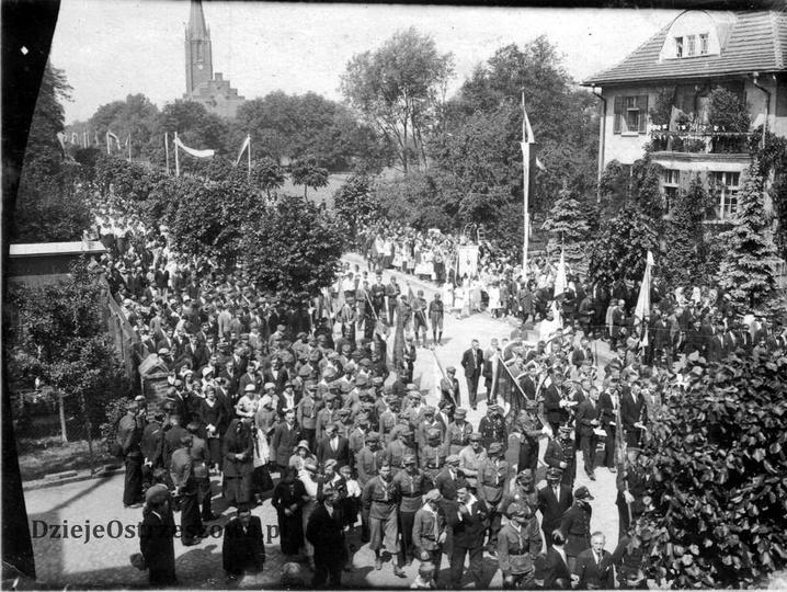 Rok 1938, ulica Zamkowa. Uroczysta procesja, w której udział wzięły tłumy mieszk..., stare zdjęcia -
