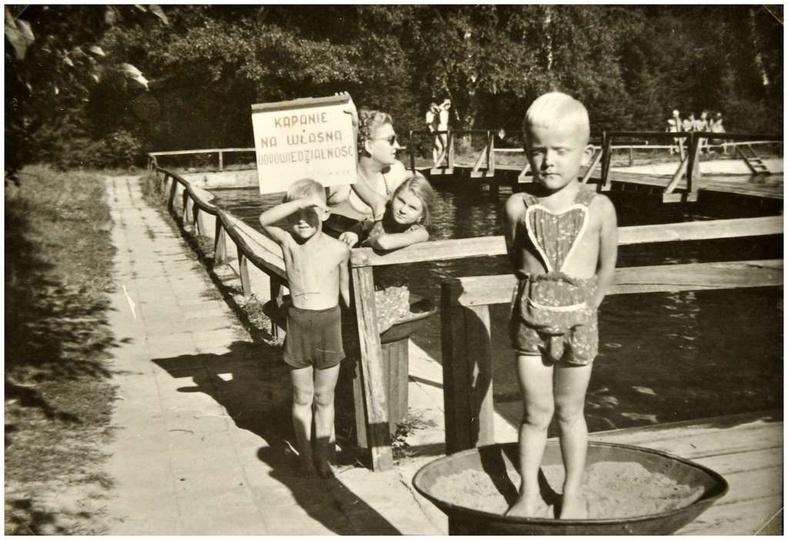 Ostrzeszowski basen, lata pięćdziesiąte. KĄPANIE NA WŁASNĄ ODPOWIEDZIALNOŚĆ, ta..., stare zdjęcia -
