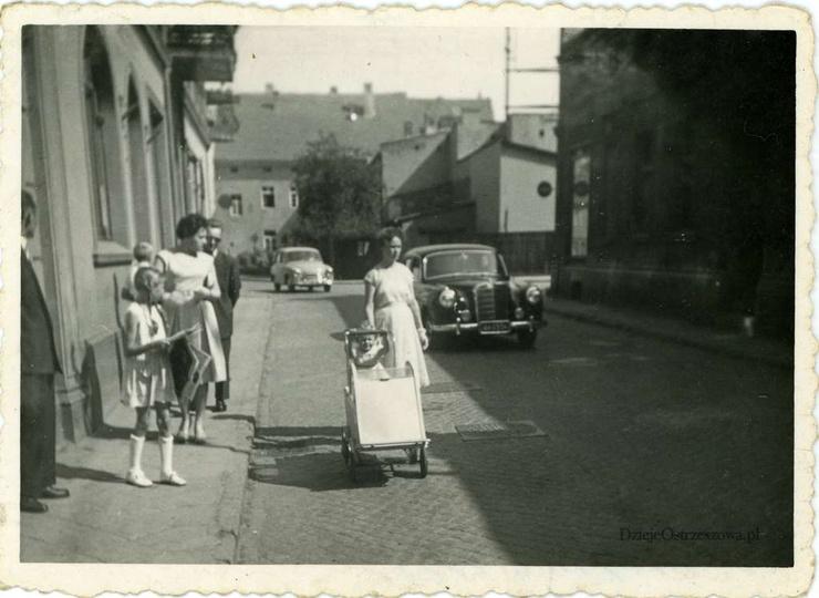 Sierpień 1960 rok, ulica Sikorskiego. Obecnie ulica jest jednokierunkowa, więc w..., stare zdjęcia -