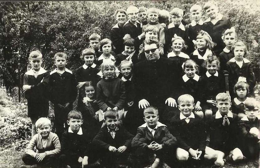 1967 rok, uczniowie Szkoły Podstawowej nr. 1  Klasa III a z Ks. Marianem Macioł..., stare zdjęcia -