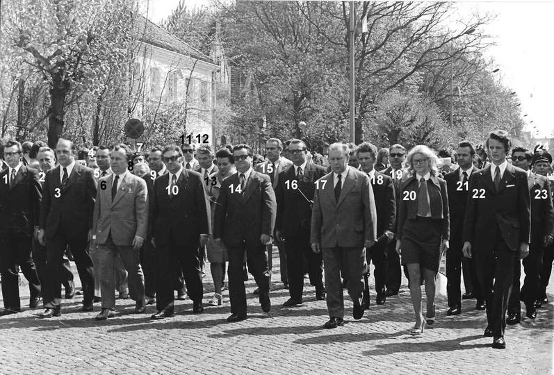 Połowa lat siedemdziesiątych, ulica Boh. Stalingradu (Zamkowa),  na czele pochod..., stare zdjęcia -