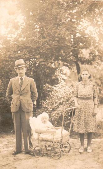 Rok 1940, niedzielny spacer po parku miejskim. Od lewej: Szczepan Wypchło, w wóz..., stare zdjęcia -