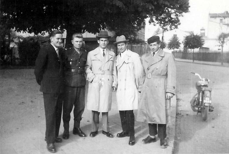 """Rok 1959, kolejne super zdjęcie z cyklu """"Kapral Zenek na przepustce"""". Od lewej s... -"""