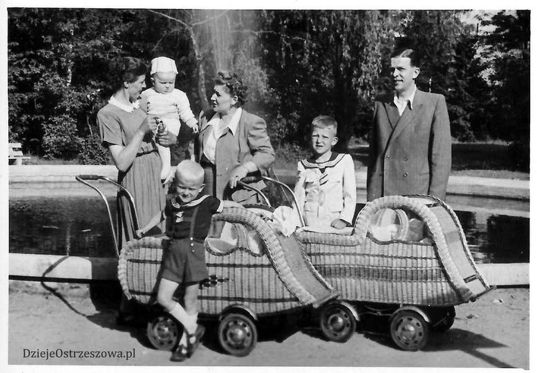 Przy fontannie w ostrzeszowskim parku, lata pięćdziesiąte. Wózeczki super ekolog..., stare zdjęcia -