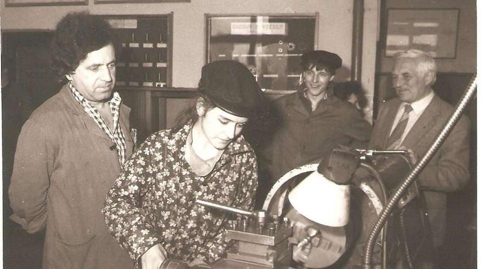 Nauczyciel Jan Palczewski  i uczennica przy tokarce, stare zdjęcia -
