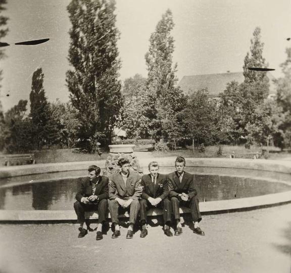Lata pięćdziesiąte, przy fontannie siedzą: Adam Lisowski, Henryk Czwordon, Zenon..., stare zdjęcia -
