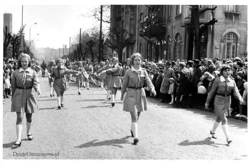 1 maja 1970 rok, ulica Bohaterów Stalingradu. Może komuś uda się rozpoznać masz..., stare zdjęcia -