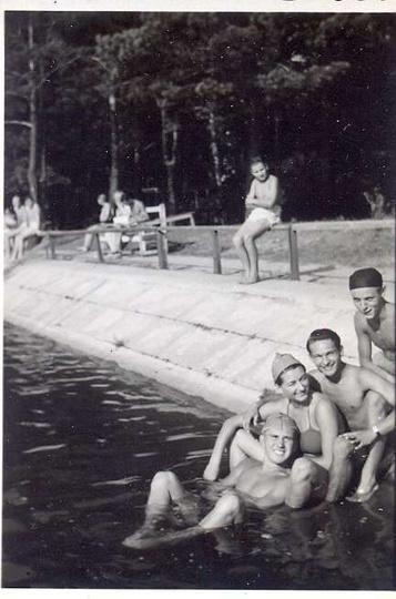 Ostrzeszowski basen, początek lat pięćdziesiątych. Pierwszy z lewej Bogdan Gibas..., stare zdjęcia -